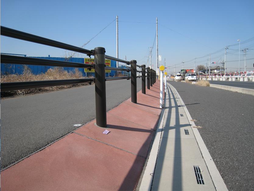 ≪歩道脇への防草工 採用例≫(国道254号バイパス)
