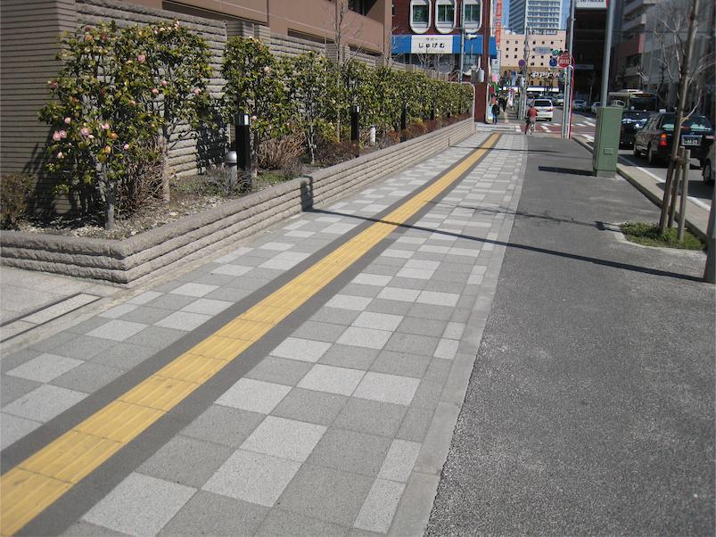 ≪歩道への採用例≫(上尾駅前通り)